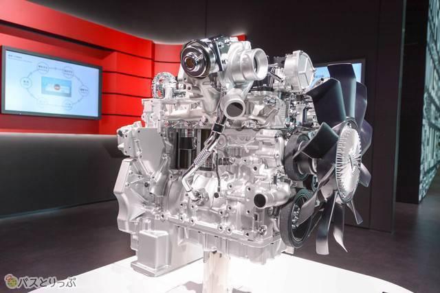 いすゞの魂というべきディーゼルエンジンの展示も豊富。大型トラックに搭載されている最新型のクリーンディーゼルエンジンの精巧な模型も