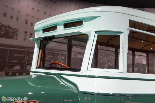 サイドミラーもない「スミダM型」。運転士とバスガールが連携して安全に運行されていた