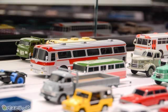 同じ展示室に飾られた歴代車種のミニチュア