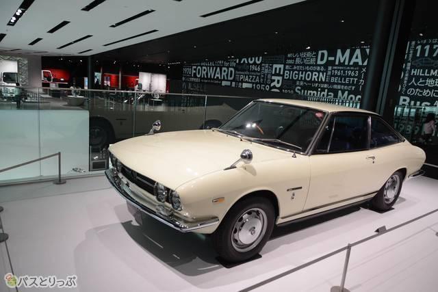 数々の工業デザインで名作を残したイタリアの巨匠、ジョルジェット・ジウジアーロが手がけた1968年(昭和43)発売の「いすゞ117クーペ」