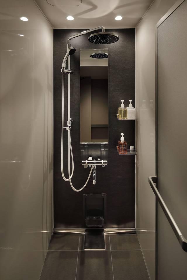 シャワールーム。シャンプー、コンディショナー、ボディーソープが置いてある(画像提供:グローバルエージェンツ)