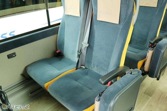 3点式シートベルトで、体をしっかり固定