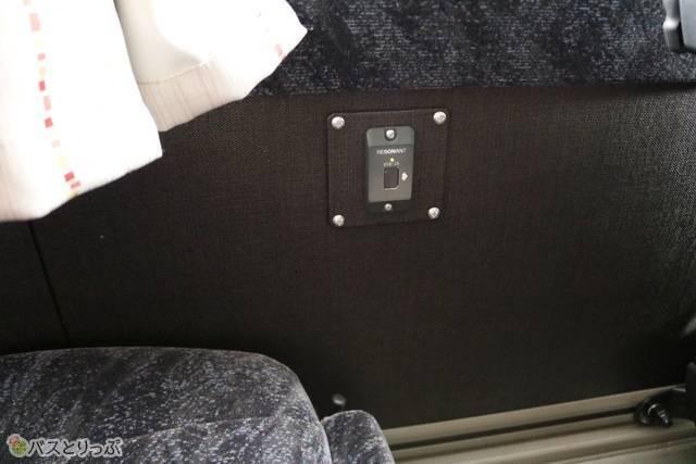 窓側席の充電用USBコネクタは壁面にあります
