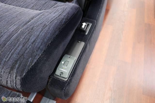 各席に充電用のUSBコネクタつき