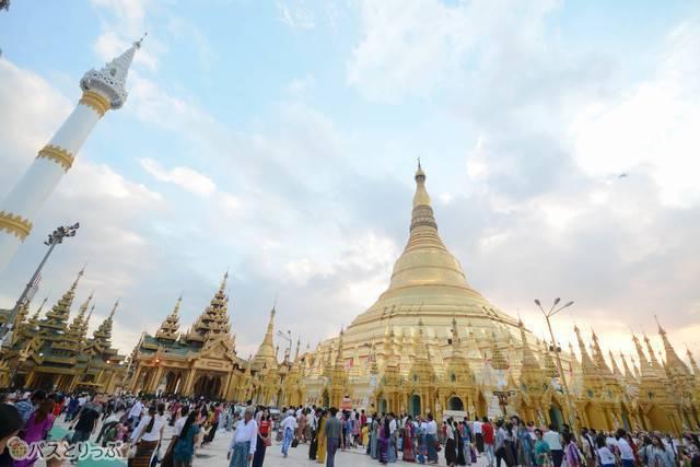 市内中心部にあるミャンマー最大のパゴダ(仏塔)、シュエダゴン・パゴダ