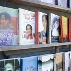 路上の古本屋にもスーチーさんの本がいっぱい