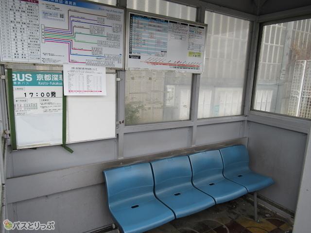 椅子が4つ備え付けられた待合室があります