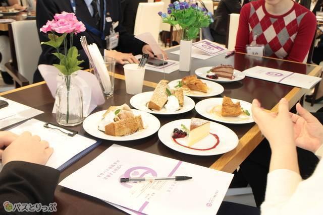 テーブルに並ぶケーキ