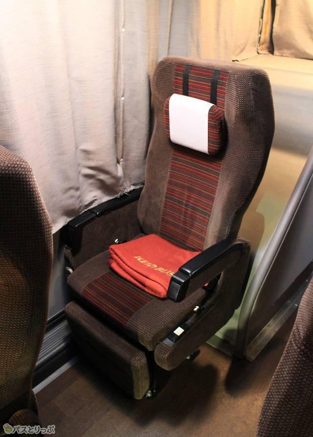 乗客からの要望が高い通路カーテンやコンセントも備わっている