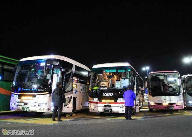 海老名サービスエリアで休憩中の京王バス東「プリンセスロード」