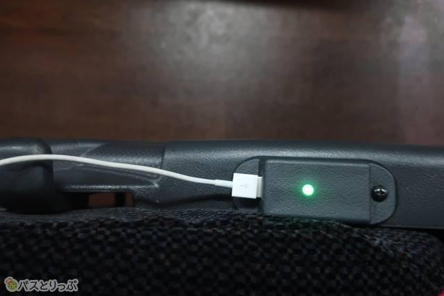 電源はひじかけの下にあります。USB専用で、コンセントでの充電はできないので注意