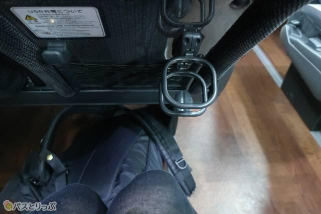 前の座席にドリンクホルダー。フットレストはありません