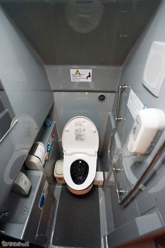 お手洗いは車両中央に設置