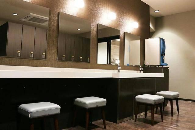 脱衣所の洗面所。女湯には女性フロアと同様各種アメニティがある(画像提供:おもてなしのお宿)