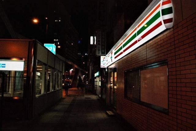 右がセブンイレブン。左が東京メトロ銀座線・日比谷線上野駅4番出口