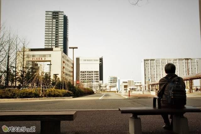 バス乗り場近くのベンチ