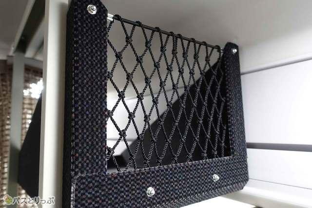 荷物棚奥にネットを配して後ろの席に落ちない工夫も