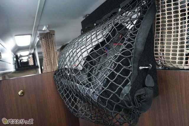 カメラバッグのような大きな荷物も収納可能(プレシャスクラス)
