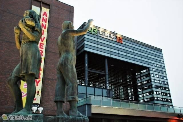早朝の弘前駅前