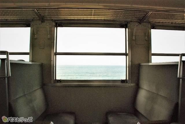 五能線の車内から見る海