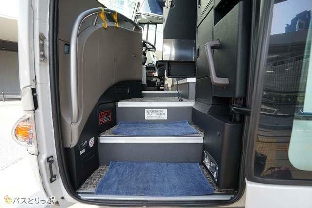 えっ! バスに乗車するのに靴を脱ぐの?