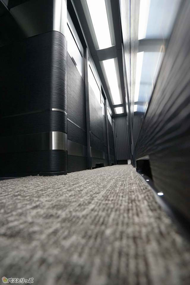 床は全面カーペット