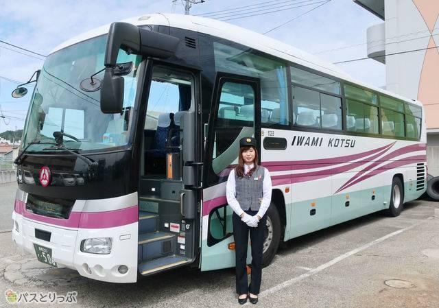 バス車両の前に立つ川上さん