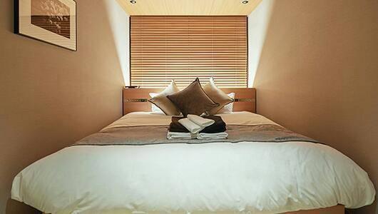キングサイズのベッドには羽毛布団と高機能枕(画像提供:ファーストキャビン様)