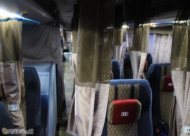 座り心地が良いシートが並ぶ車内。乗客からの要望が高いカーテンが全席に装備されている