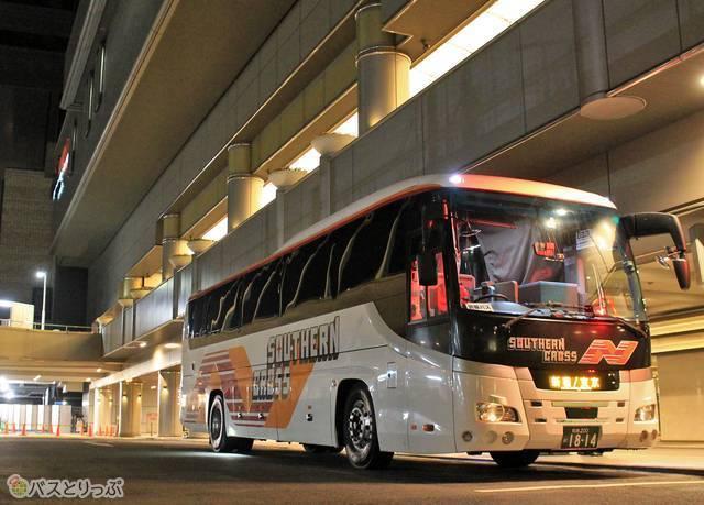 南海なんば高速バスターミナルで発車を待つ「サザンクロス和歌山号」横