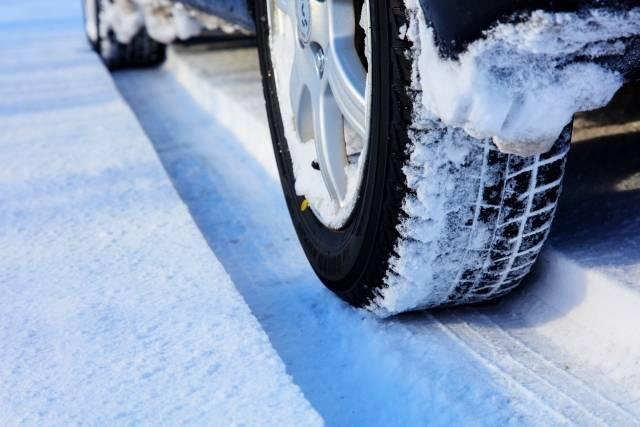雪道を運行するバス