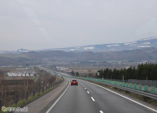 北海道らしい景色を眺めながら、バスは西へと進む