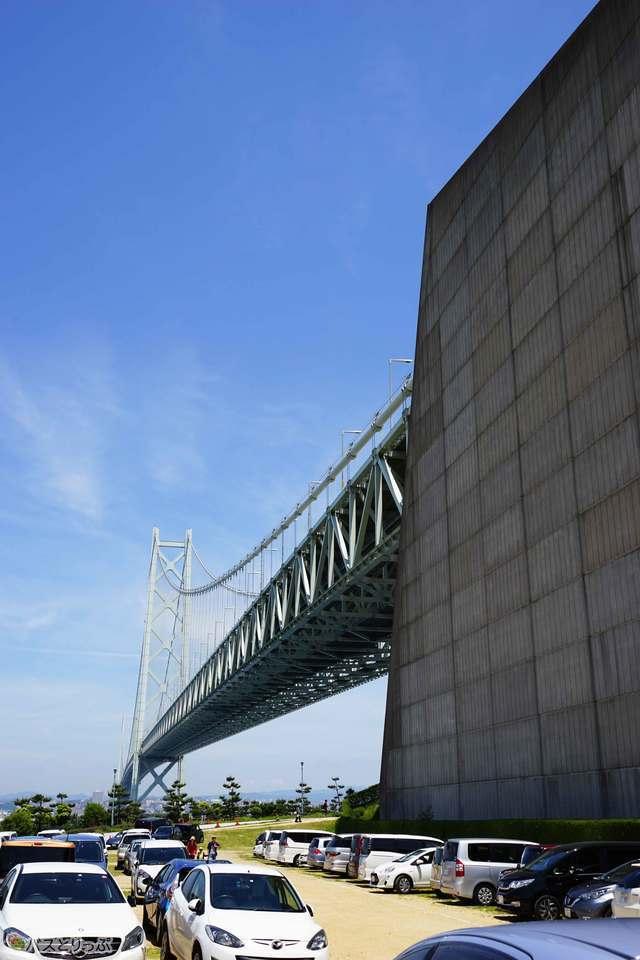 明石海峡大橋の橋梁の真下で休憩