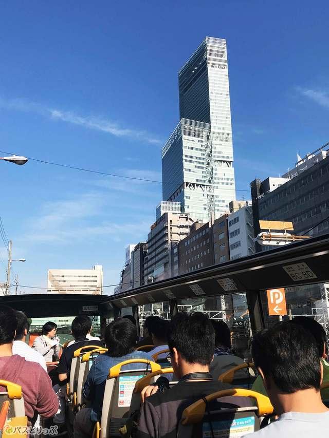高さ日本一のビルあべのハルカスを道路の真ん中から見上げる