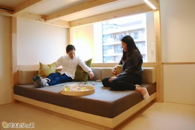 部屋奥にある大きなソファでは、男性も脚を伸ばしてゆったり快適にくつろげる