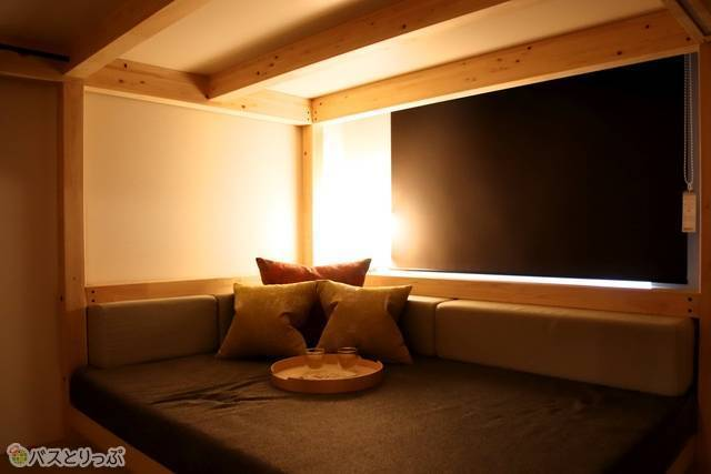 部屋の明るさを落としてブラインドを閉めると、日中でも夜のように暗くなる