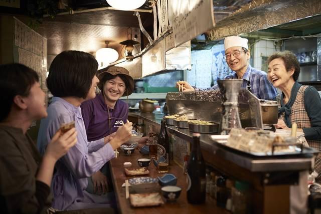 OMOレンジャーと一緒に大塚街歩き。昔ながらの居酒屋さんで過ごすひと時は特別な思い出になるはず(画像提供:星野リゾート)