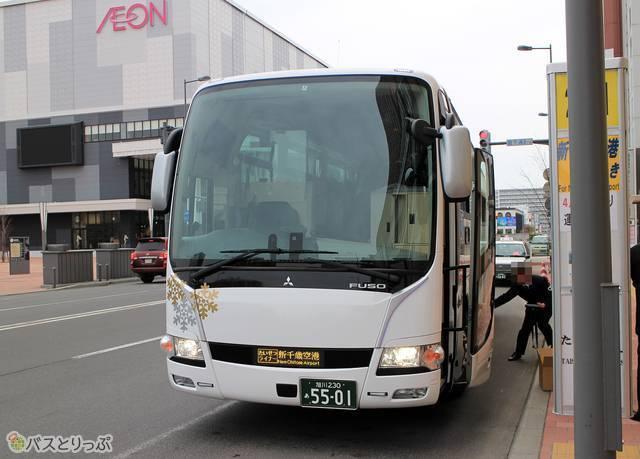 乗車改札中の旭川電気軌道「たいせつライナー」