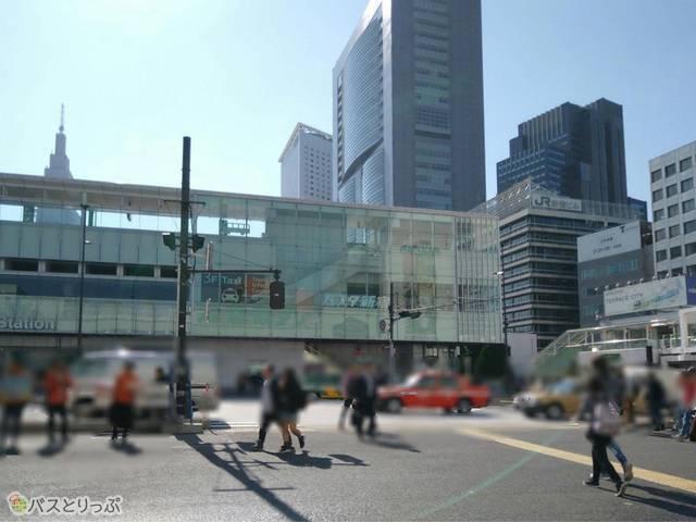 南口を出るとすぐ正面にバスタ新宿!