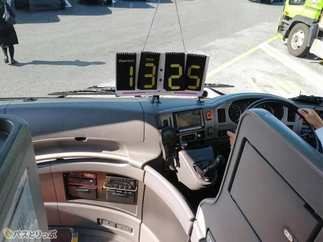 バス前方には出発時間が表示されます