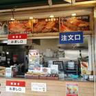 ここでは串焼きを購入。注文を受けてから焼くため3分以上かかるので、急いでいるときは注意