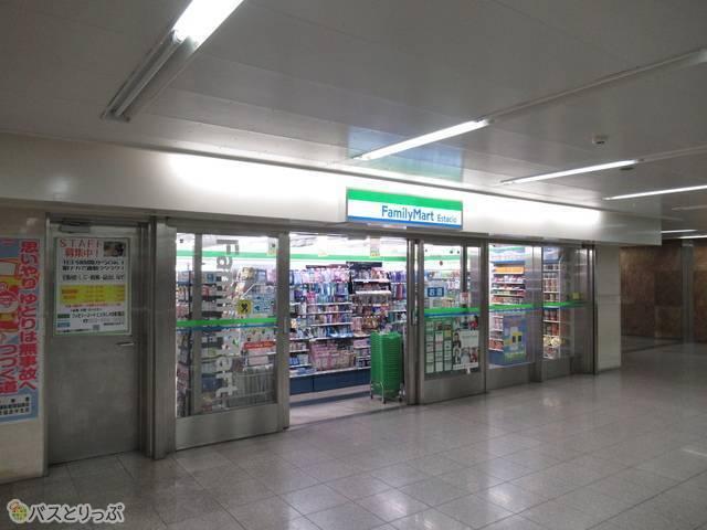 駅構内にあるファミリーマートです。Famiポートも完備