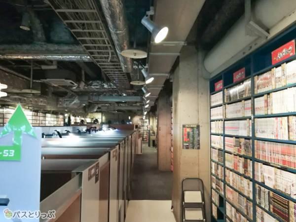 店内。天井の開いてる個室がたくさん!