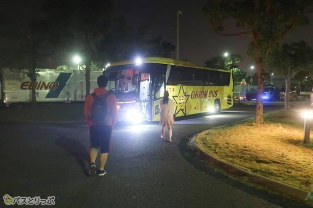 黄色いバスは暗くてもすぐ見つけられて安心です