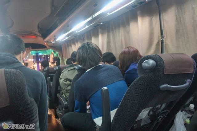 乗客はやっぱり若い人が多いです。暖房の加減で、前方に男性、後方が女性という配置に