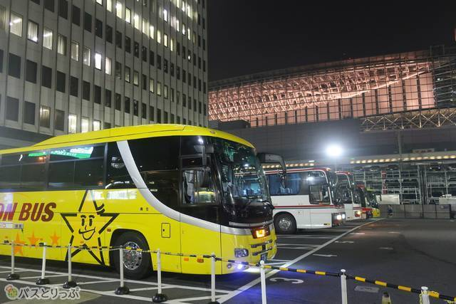 黄色いバスが現れた! どこに停車しても目立つから心強い!