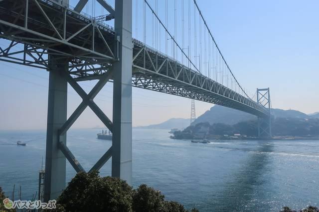 展望場所があって、関門橋と関門海峡が見えます