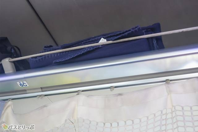 ブランケットの貸出あり。頭上、荷物置きスペースからとって使う仕組みでした