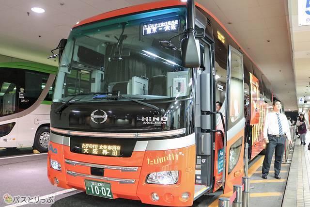 他のバスと紛れることのない赤を基調としたバス