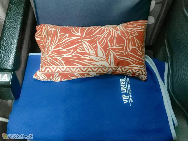 小さい枕、低反発シート、ブランケットが各席に用意されています